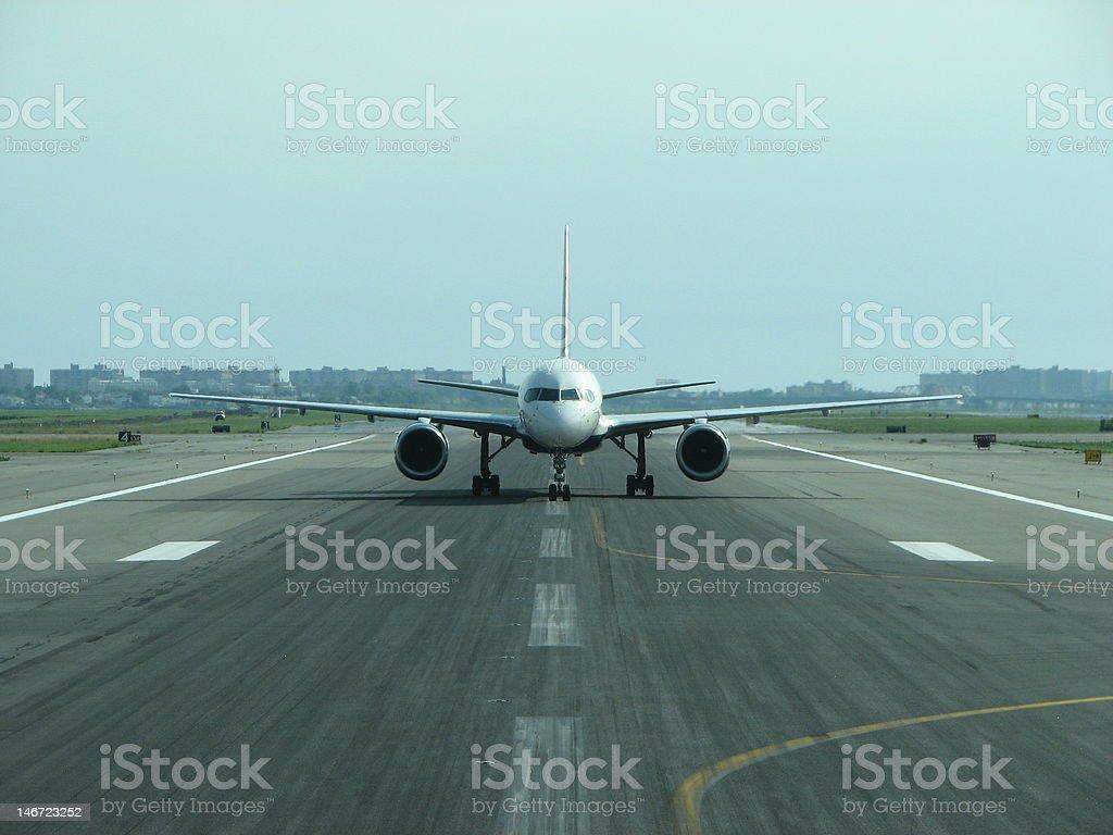 Avión en pistas, desde el mismo - foto de stock