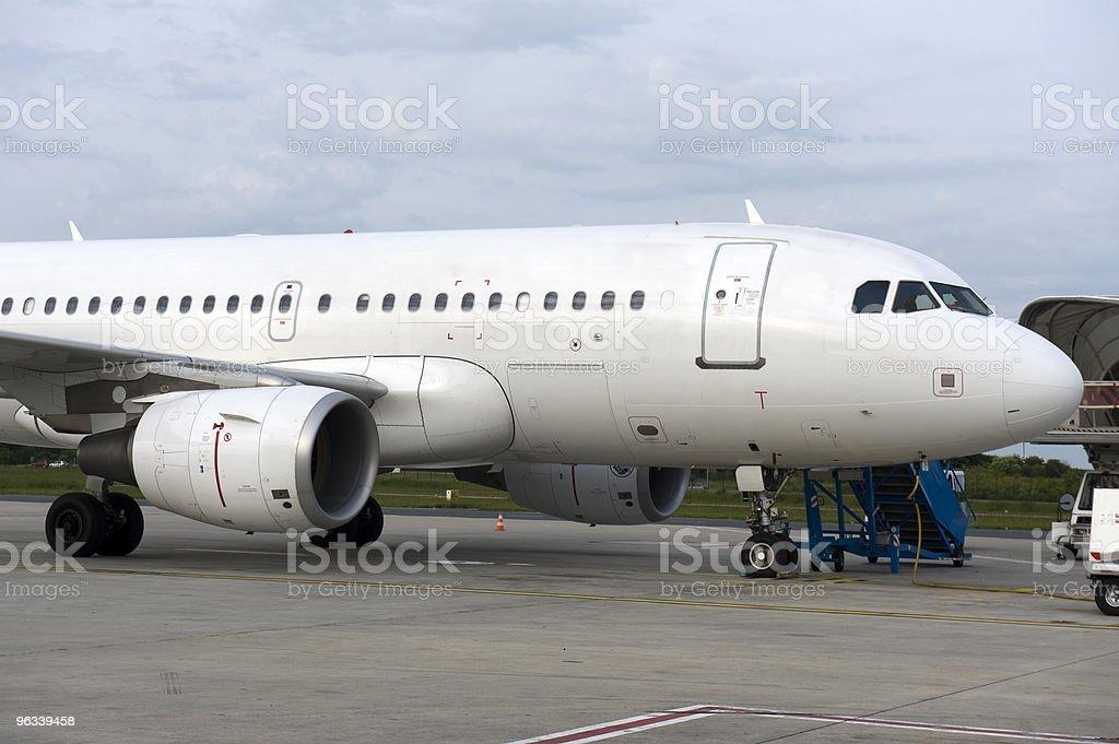 Samolot zaparkowany na lotnisku Charles de gaules, Paryż, Francja - Zbiór zdjęć royalty-free (Bez ludzi)