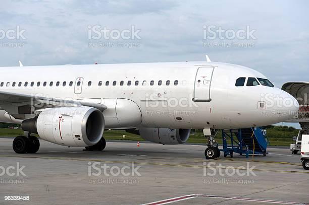 Samolot Zaparkowany Na Lotnisku Charles De Gaules Paryż Francja - zdjęcia stockowe i więcej obrazów Bez ludzi