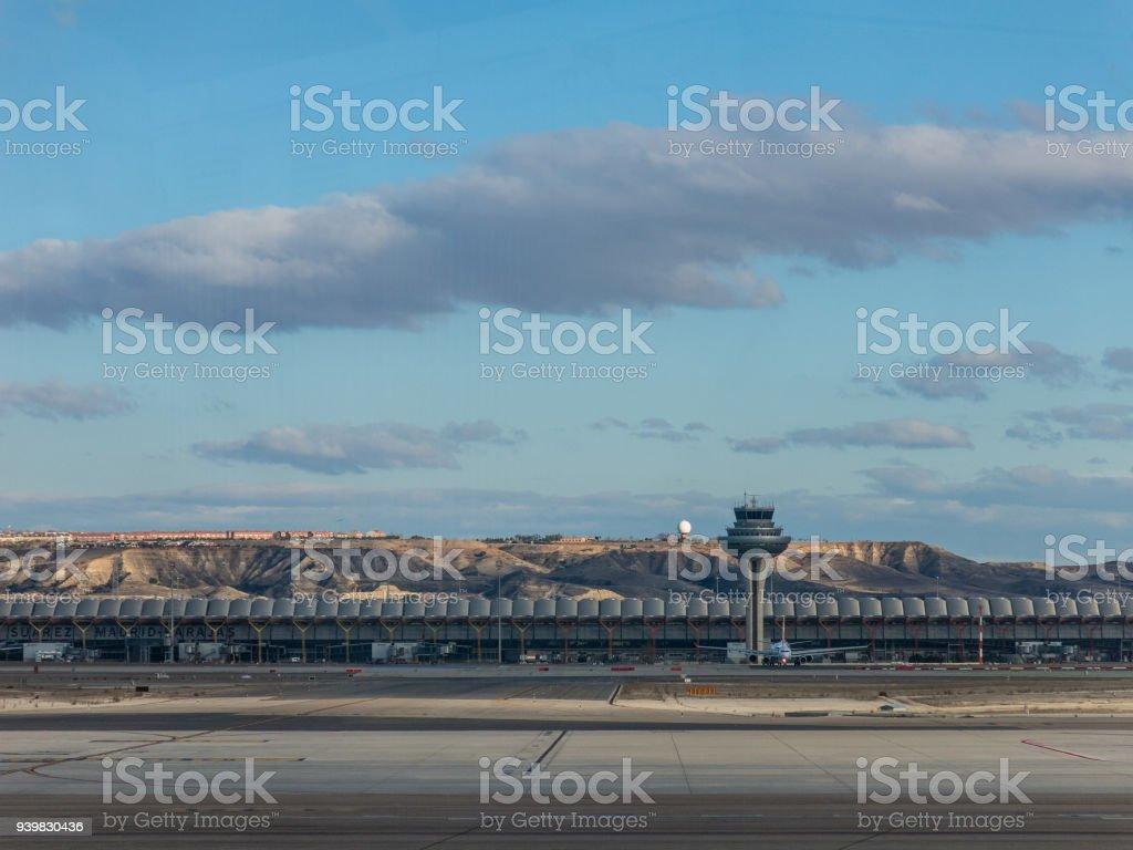 Un avion s'apprête à décoller sur la piste du Terminal T4 de l'aéroport de Barajas de Madrid Adolfo Suarez. Barajas est le principal aéroport international desservant Madrid en Espagne. - Photo