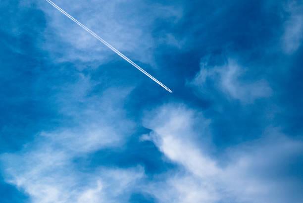 flugzeug strip und wolken in blauen himmel. - schrift am himmel stock-fotos und bilder