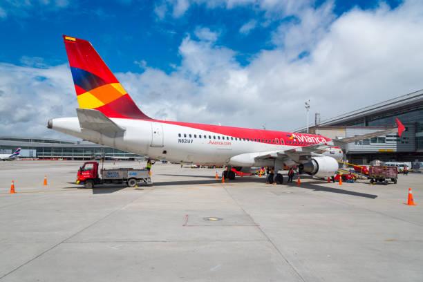 Avião de abastecimento de água no Aeroporto El Dorado. Colômbia - foto de acervo