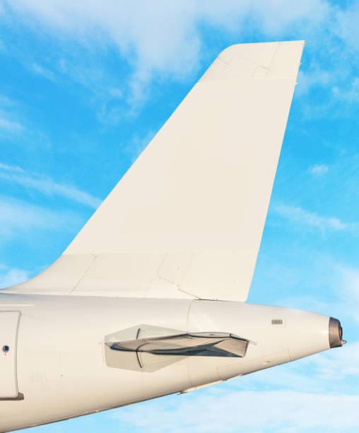 schwanzflosse flugzeug - himmel mit weißen wolken im hintergrund - steuerungstechnik stock-fotos und bilder