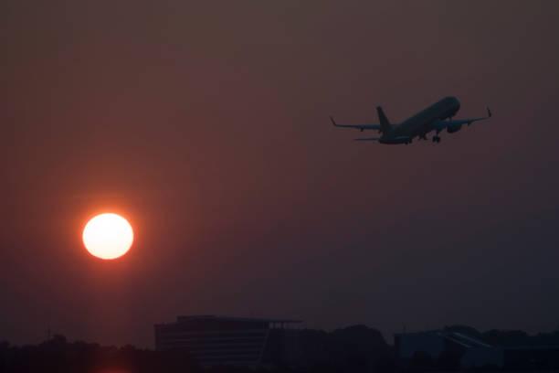 Flugzeug Start mit Sonnenaufgang – Foto