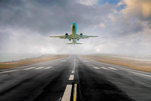Flugzeug startet von einem Flughafen – Foto