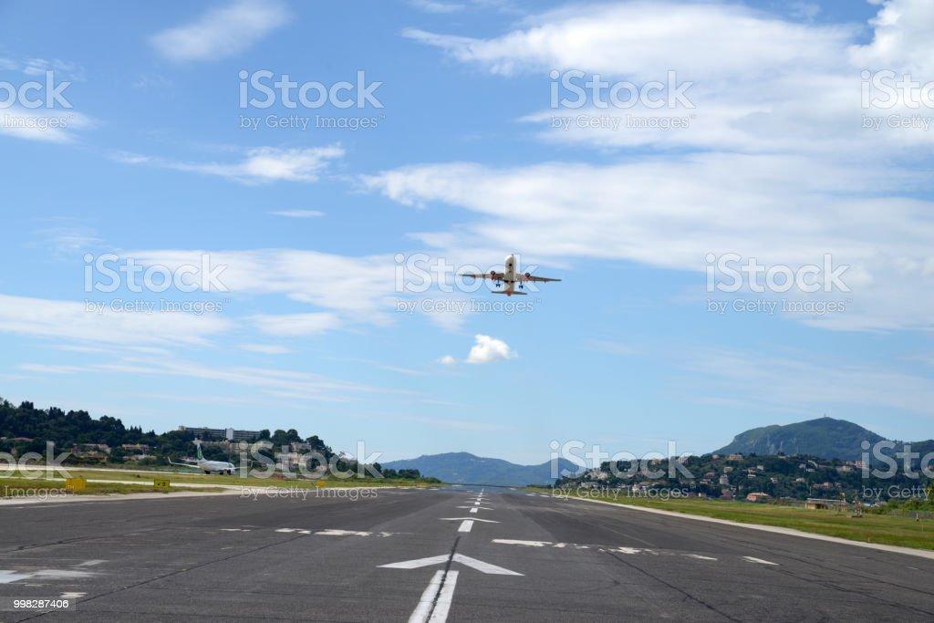Avion décollant de l'aéroport de Corfou stock photo