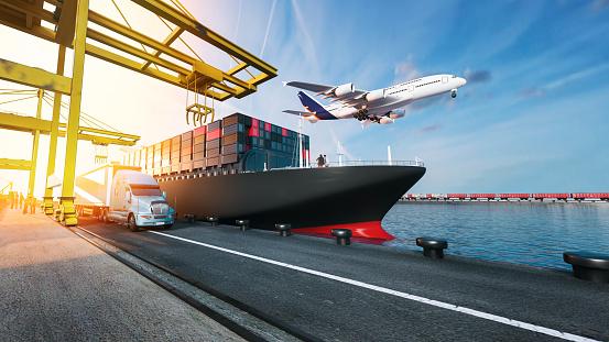 Vliegtuig Vrachtwagens Vliegen Naar De Bestemming Met De Helderste Stockfoto en meer beelden van Auto