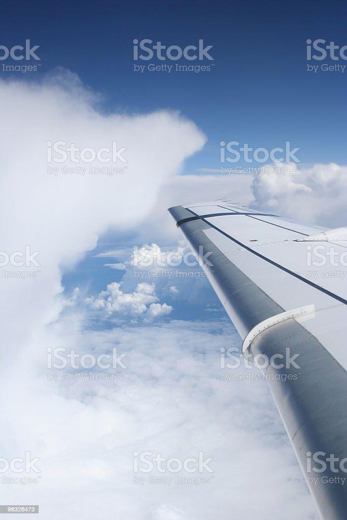 Ala di Aereo in volo, blu cielo, soffici nuvole foto stock royalty-free