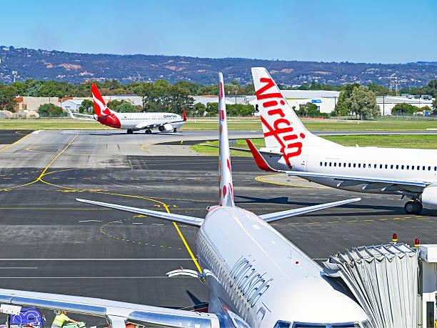 aerei da rivali qantas e vergine all'aeroporto di adelaide - qantas foto e immagini stock