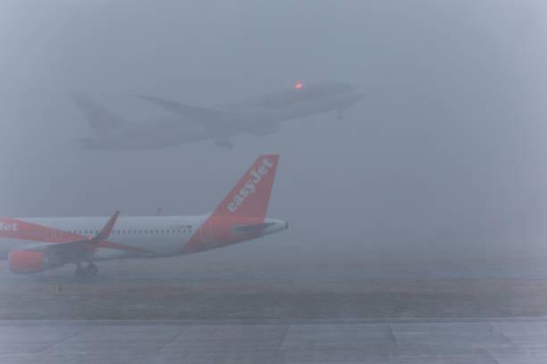 Flugzeuge, die bereit sind, bei Schneesturm in Scotland england UK an der Start-und Landebahn des Flughafens von edinburgh abzuheben – Foto
