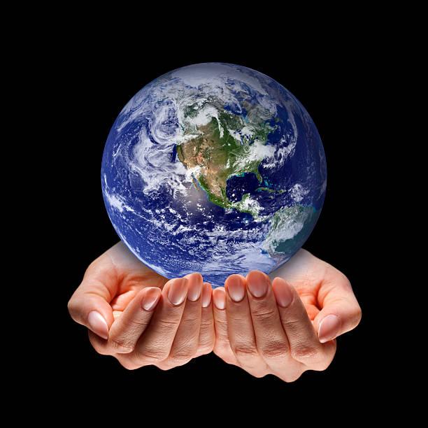 pianeta terra ricoperto in sé, proteggere le mani, sfondo nero - mano donna dita unite foto e immagini stock