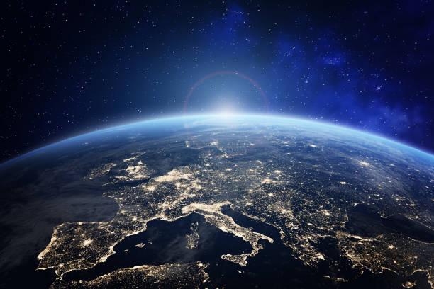 planet erde aus dem all mit stadtlichtern in europa. welt mit sonnenaufgang. konzeptbild für globales geschäft oder europäische kommunikationstechnologie, elemente der nasa - europa kontinent stock-fotos und bilder