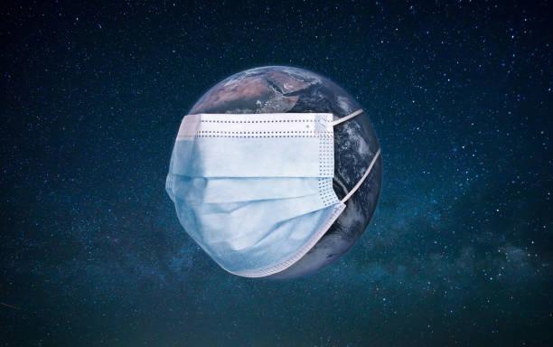 planet erde trägt eine schutz medizinische maske. epidemisches konzept. infektionsgefahr. schutz vor arztmaske und corona-virus, covid-19 - sos einzelwort stock-fotos und bilder