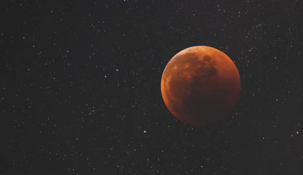 planète dans l'espace ouvert dans le contexte d'une infinité d'étoiles et de galaxies de l'éclairage de notre univers jusqu'à l'éblouissement du soleil. la lune dans l'espace - venus photos et images de collection