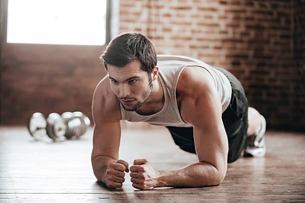 plank es! - konzentrationsübungen stock-fotos und bilder