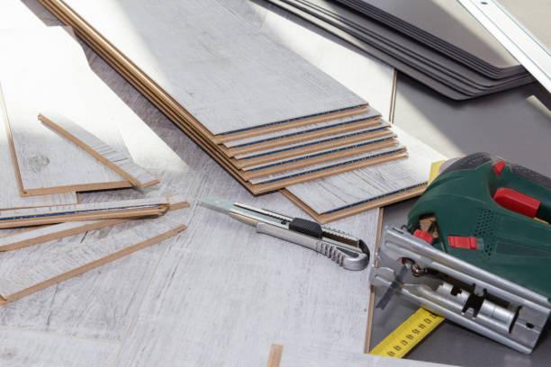planken laminatboden und tools zu installieren. - stockwerke des waldes stock-fotos und bilder