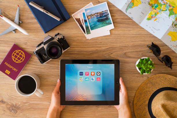 Planeando un viaje con el iPad - foto de stock