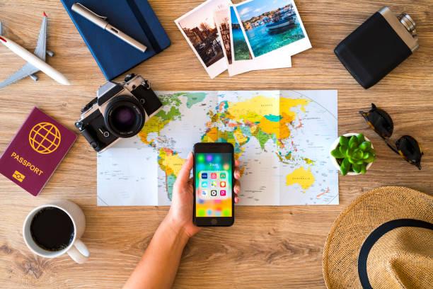 Planeando un viaje con el iPhone - foto de stock