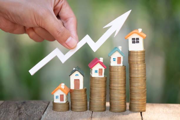 planung von spargeld von münzen, um ein haus zu kaufen, konzept für immobilienleiter, hypothek und immobilieninvestitionen. für sparen oder investitionen für ein haus, wachsendes geschäft - konsum stock-fotos und bilder