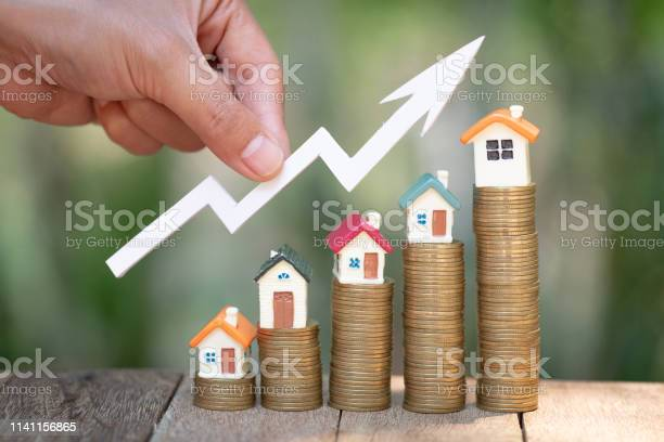 Planning Savings Money Of Coins To Buy A Home Concept For Property Ladder Mortgage And Real Estate Investment For Saving Or Investment For A House Growing Business - Fotografias de stock e mais imagens de Bens imóveis