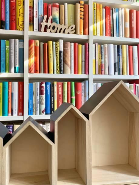 planung der neuen kleinen bibliothek - puppenhaus bücherregal stock-fotos und bilder