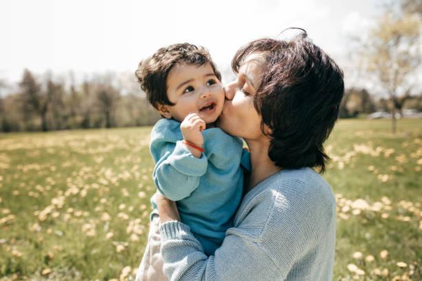 planen die zukunft ihres kindes - emoticon hug stock-fotos und bilder