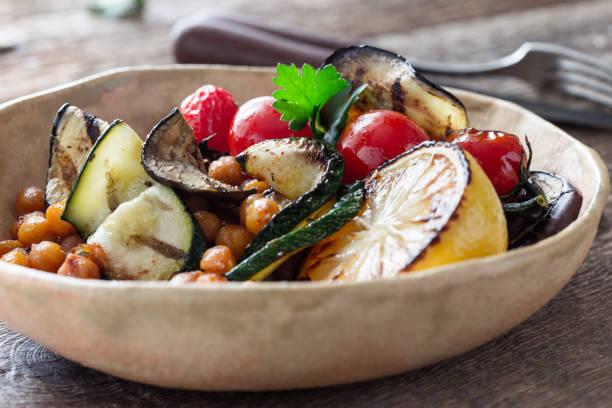 Pflanzliche Mahlzeit, Gemüsesalat mit gegrilltem Gemüse – Foto