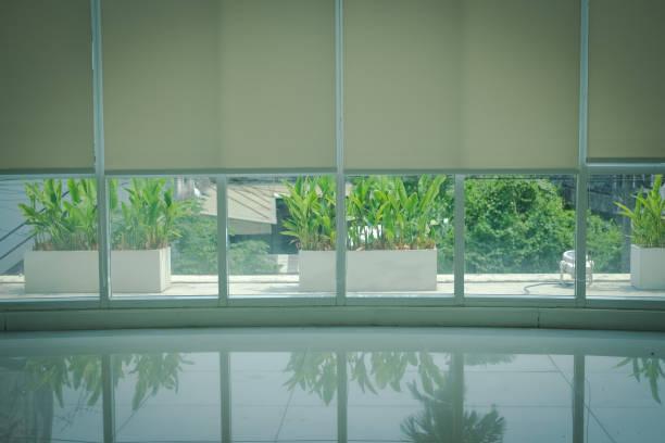 Anlage auf Terrasse & Aluminium-Fensterbennrollen Rollläden – Foto
