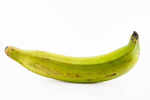 흰색 배경에서 분리 하는 질경이 또는 녹색 바나나 - 플렌틴 바나나 뉴스 사진 이미지