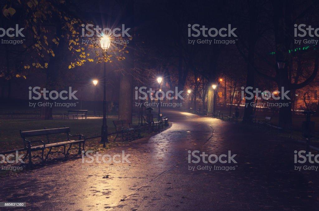 Planty Park in der Nacht, Krakau, Polen – Foto