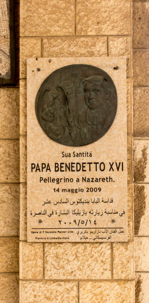 plaque commemorating the pilgrimage of pope benedict xvi in the basilica of the annunciation in in nazareth - ratzinger foto e immagini stock