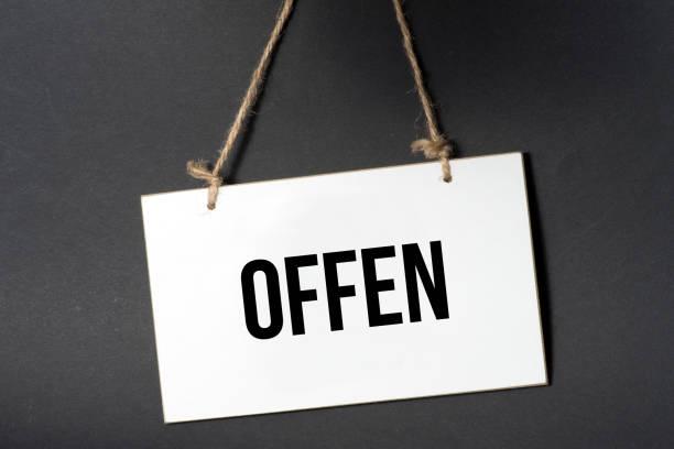 Eine Tafel mit dem Wort Offen – Foto