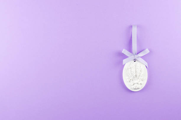 beeldje met textuur takjes lavendel op een paarse achtergrond. - 2010 2019 stockfoto's en -beelden