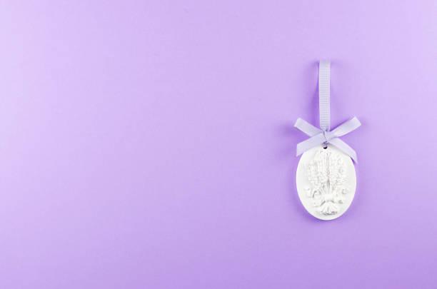 plaster figurine with textural sprigs of lavender on a purple background. - 2010 2019 zdjęcia i obrazy z banku zdjęć