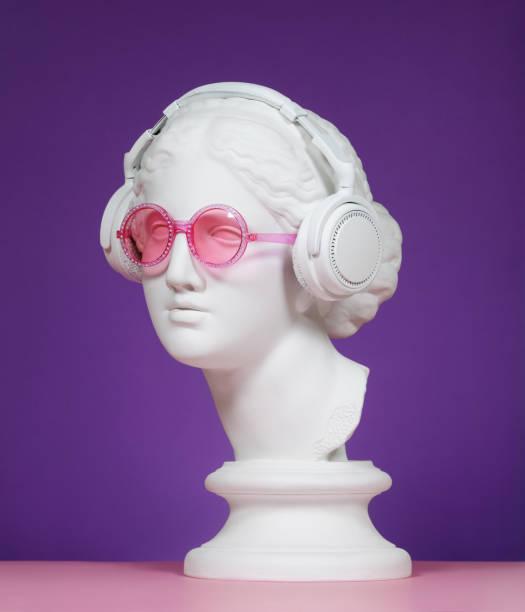 testa in gesso con cuffie e occhiali rosa - arte, cultura e spettacolo foto e immagini stock