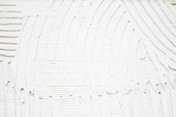 verputzte wand mit rillen - fliesen verlegen stock-fotos und bilder