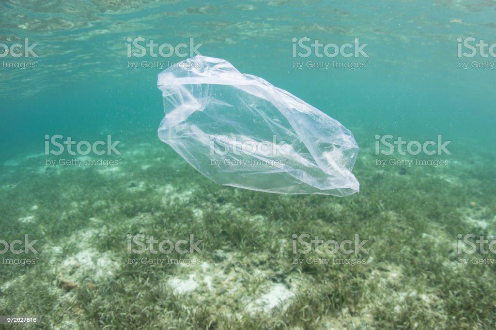 Sacchetto di plastica galleggiante in oceano - Foto stock royalty-free di Acidificazione degli oceani