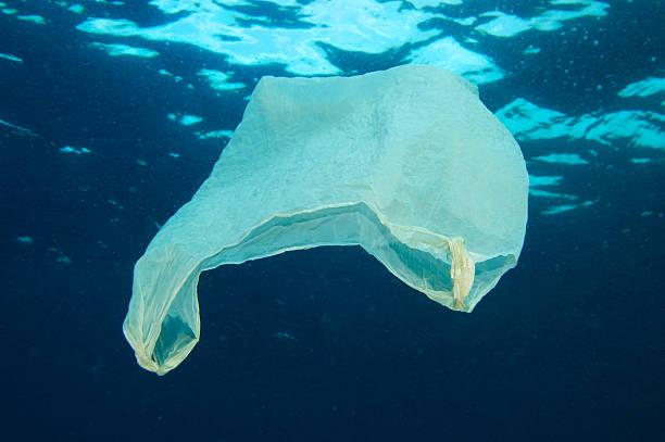 sac en plastique flottant sur l'océan - sac en plastique photos et images de collection