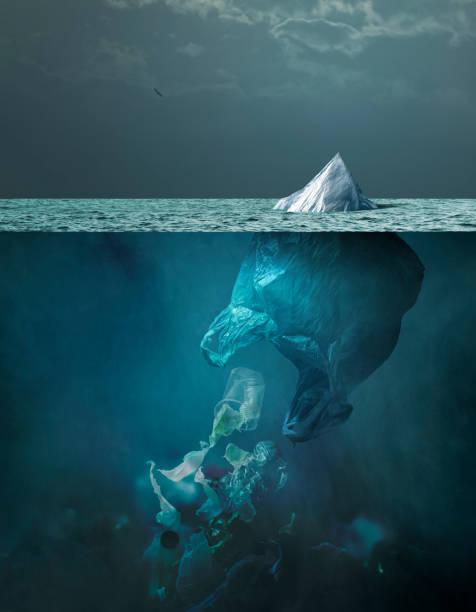 Plastiktüte Eisberg schwimmt im Ozean und globale Erwärmung Konzept – Foto