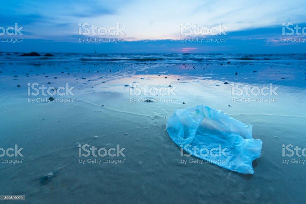 Plastiktüte in den Sonnenaufgang am Strand. – Foto