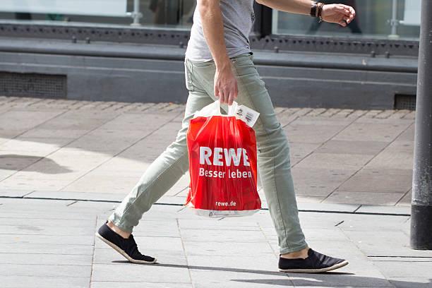 rewe plastiktüte einkaufsstraße sale - rewe germany stock-fotos und bilder