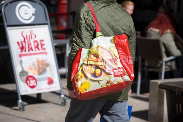 rewe plastiktüte einkaufsstraße sale - rewe supermarket stock-fotos und bilder