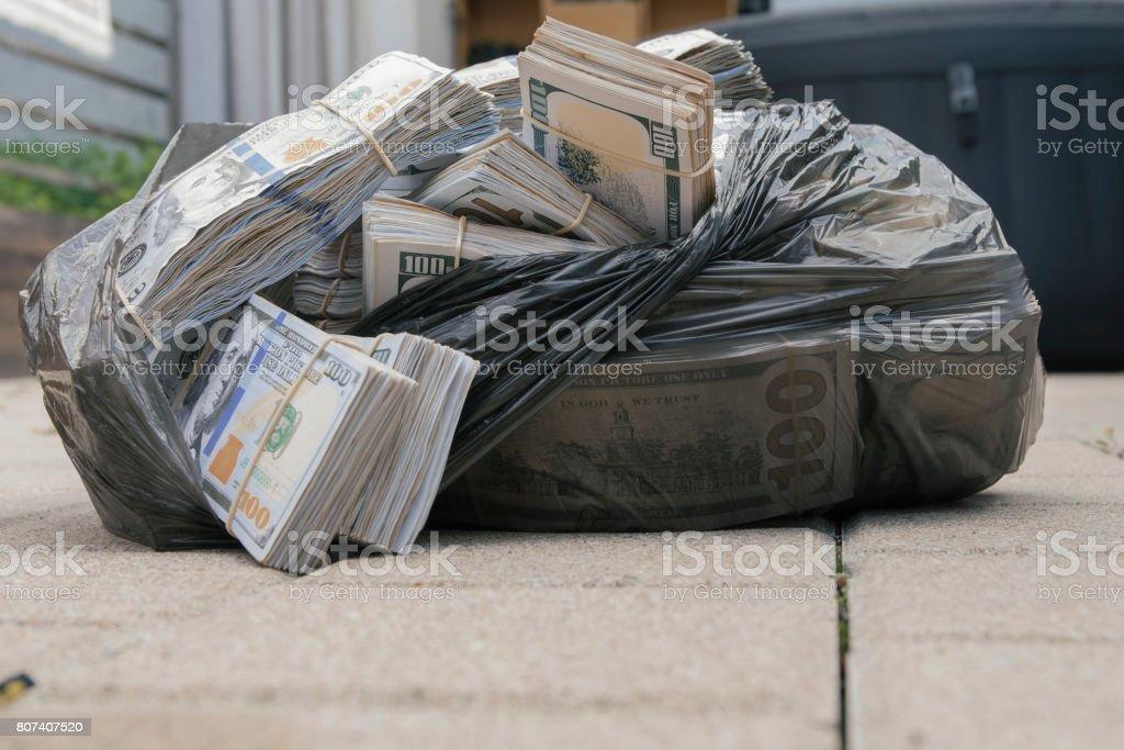 Bolsa de plástico con dinero en efectivo - foto de stock