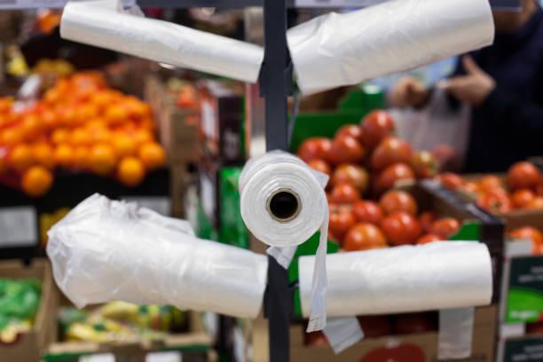sacs en plastique dans les supermarchés. - sac en plastique photos et images de collection