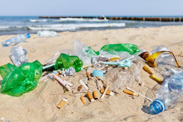 tappo in bottiglia di plastica tra gli altri prodotti monouso e mozziconi di sigaretta. - cicca sigaretta foto e immagini stock