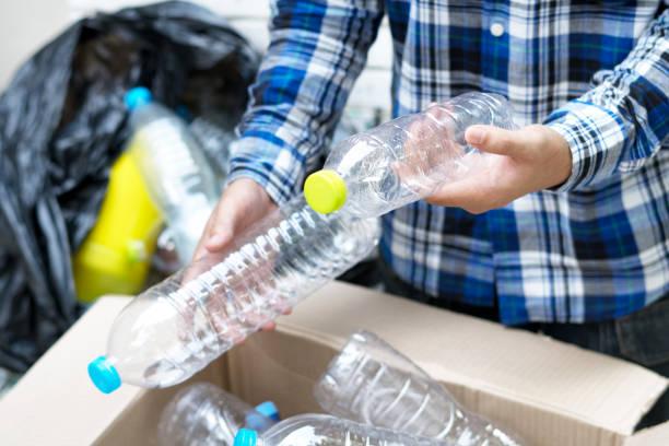 kunststoff-flasche müll recycling konzept wiederverwendung - eco bastelarbeiten stock-fotos und bilder