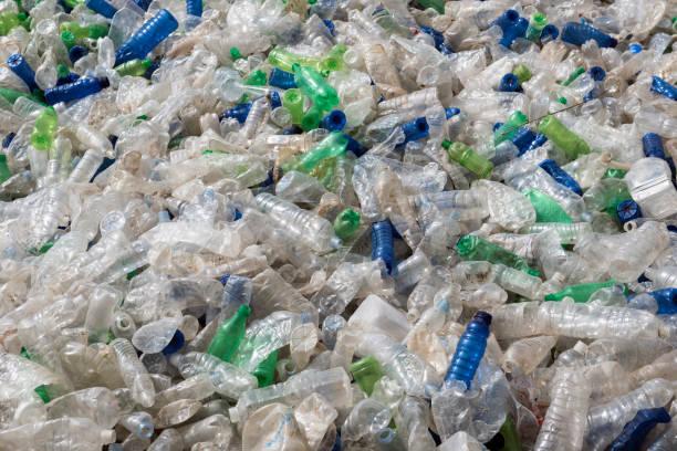 Botella de plástico de basura reciclaje - foto de stock