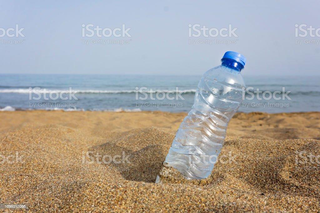 Plaj plastik şişe. stok fotoğrafı