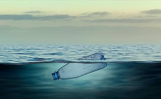 botella de plástico, contaminación que flota en el océano - contaminación ambiental fotografías e imágenes de stock