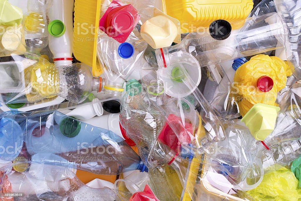 Frascos de plástico y recipientes preparados para el reciclado - foto de stock
